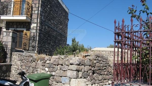 Πωλείται οικόπεδο, με κτίσμα, στην Μήθυμνα (Μόλυβο) Λέσβου.